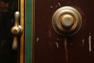 Combination-door-safe-4716-825x550